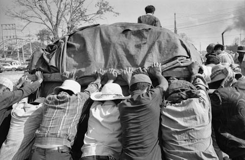CAMBODIA. Poipet.  8/01/2001: Coolies, pushing carts over the border, to and from Thailand. They are paid 50 Baht (1$) per day.